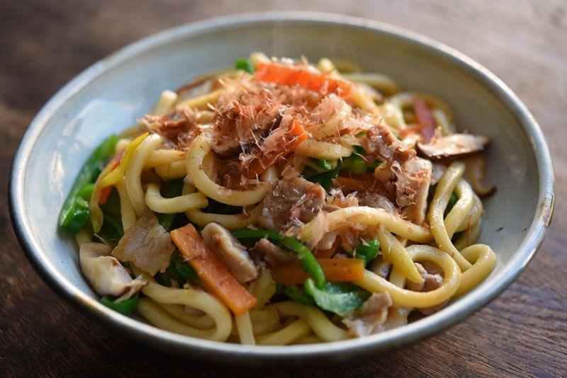 いちばん丁寧な和食レシピサイト、白ごはん.comの『焼きうどんの作り方』を紹介しているレシピページです。特別な調味料は使わずに、しっかりとした味付けになるよう  ...