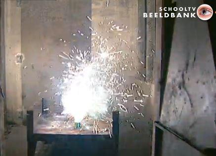 Vuurwerk  Met oud en nieuw gebeurt het heel veel: vuurwerk afsteken. Maar wat is vuurwerk? Hoe steek je het aan? En bestaat er zoiets als koud vuur?!