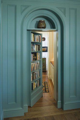 ぱっと見 なんてことのない普通の本棚 でもその本棚をエイッと横へ