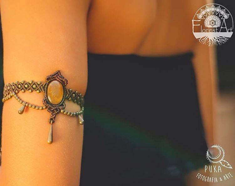 «Bracelete de macramê com Rutilo de Ouro. Peça VENDIDA. Estamos aceitando encomendas por direct ou wpp 06281657601 Foto: @pukafotoarte modelo:…»