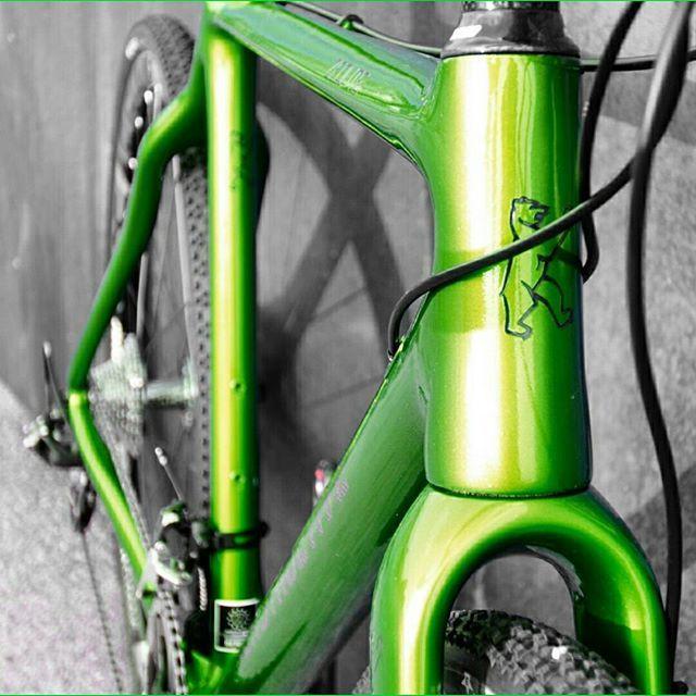 Green ZEOLITE. New. Our only one for Cyclo-Cross / Gravel / Travel / Road Riding & Racing. Stock sizes and full custom bike options available. Frame weight is 950 g. Complete bikes can be configured with your Dream Bike build kit. Grün. Das neue ZEOLITE. Das einzigartige Konstructive für Qerfeldein- / Gravel- / Touren- / Straßen- und Renneinsätze. Bewährte Geometrien sowie Maßrahmenoptionen verfügbar. Rahmengewicht um 950 g für Größe 54 cm. Komplette Bikes mit Deiner individuellen…