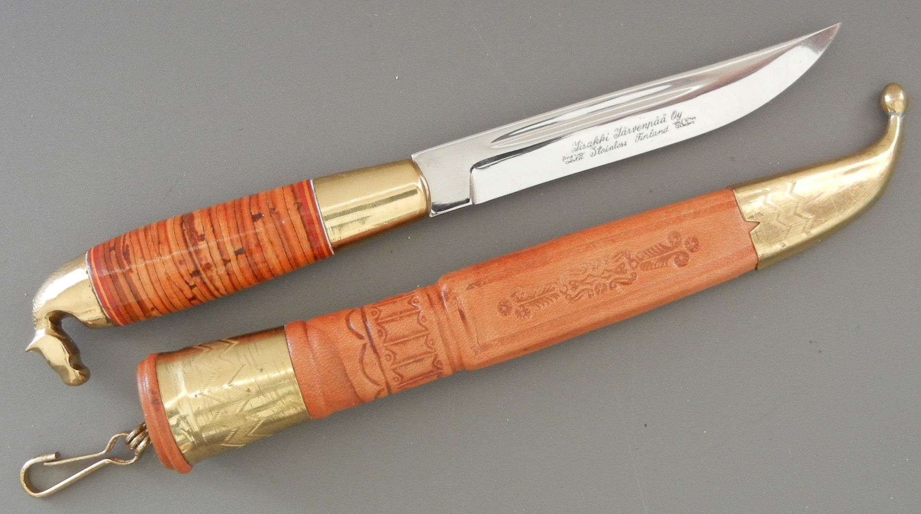 Iisakki Järvenpää puukko with solid brass horsehead pommel. Stacked birch bark handle. This is a traditional Kauhava style puukko.