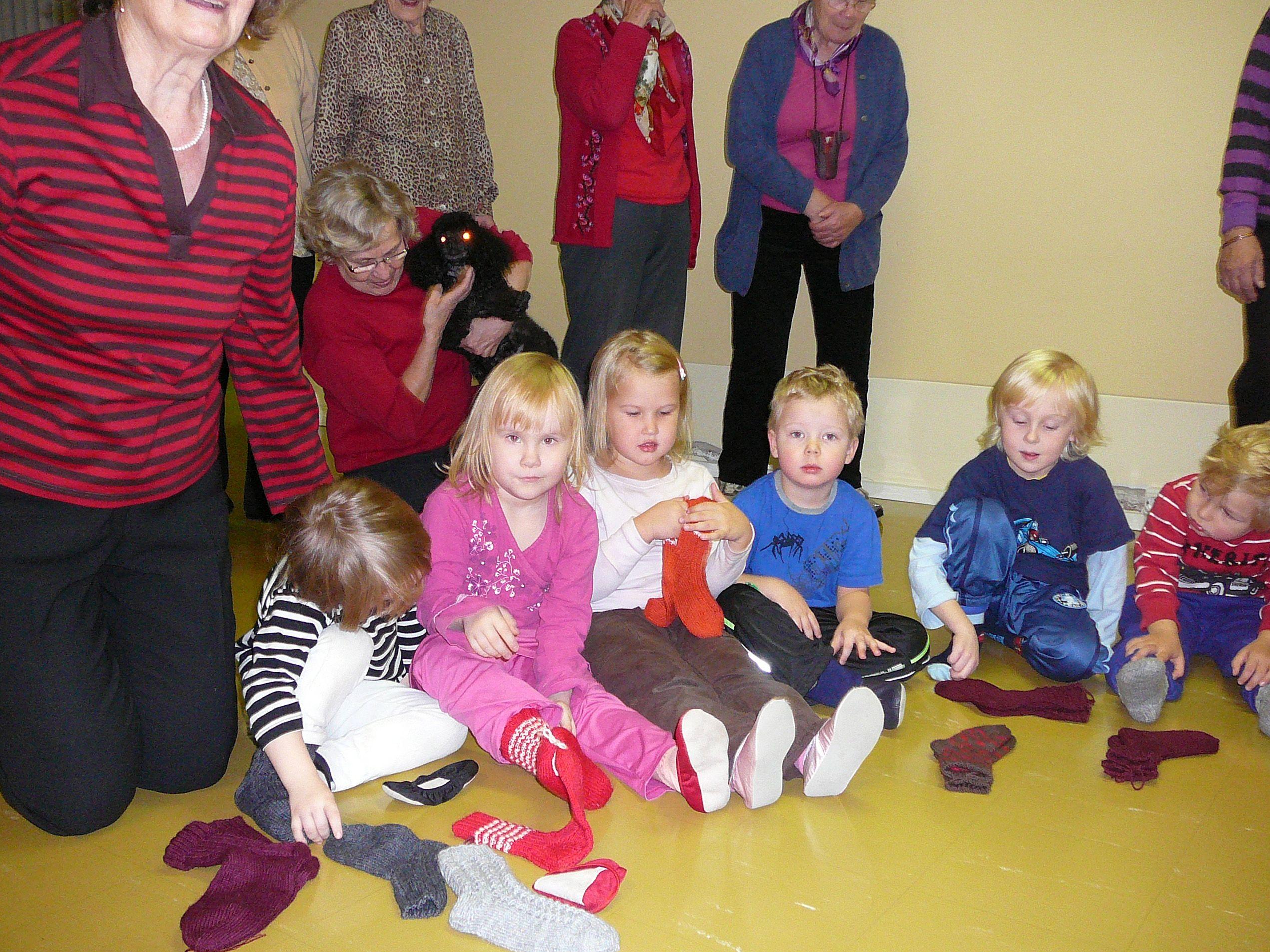 Diakoniatyön käsityöryhmä lahjoitti lapsille villasukat.