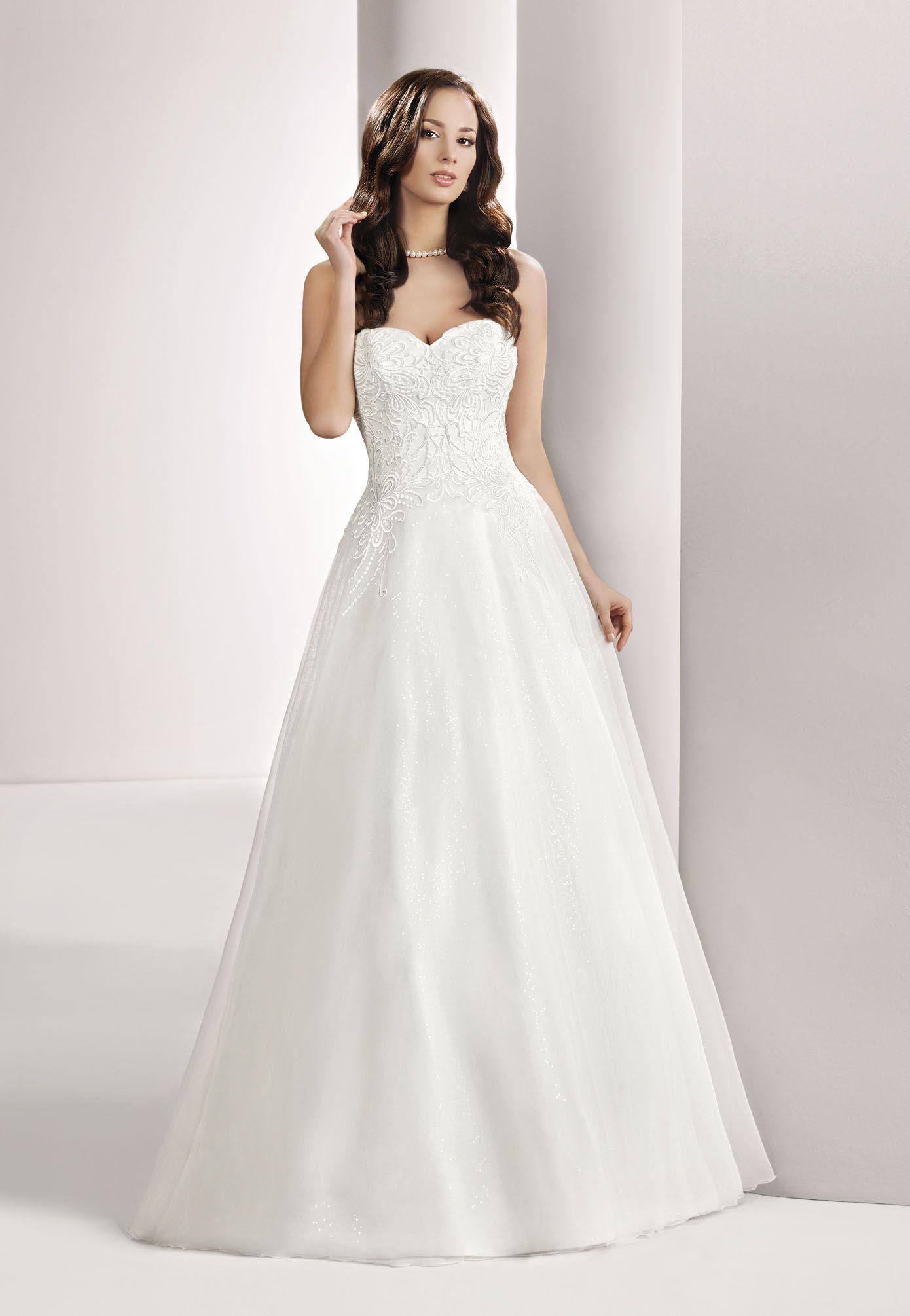 Brautkleid von Mode de Pol mit großer Spitze auf der Corsage und ...