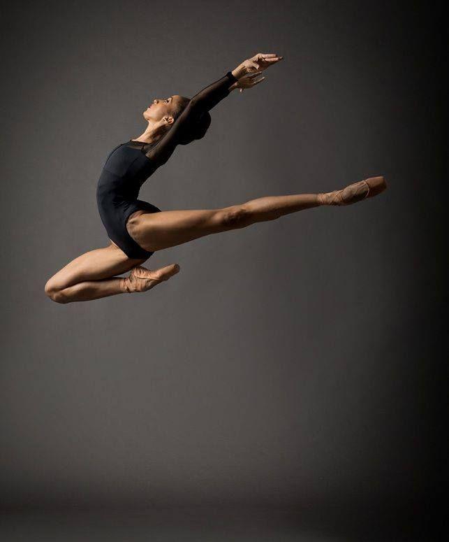 Russian-born American dancer Mikhael Baryshnikov performs