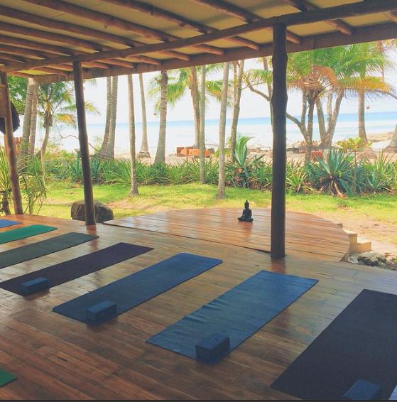 Outdoor yoga studio on the ocean woodfloor oceanbreeze for Raumgestaltung yoga