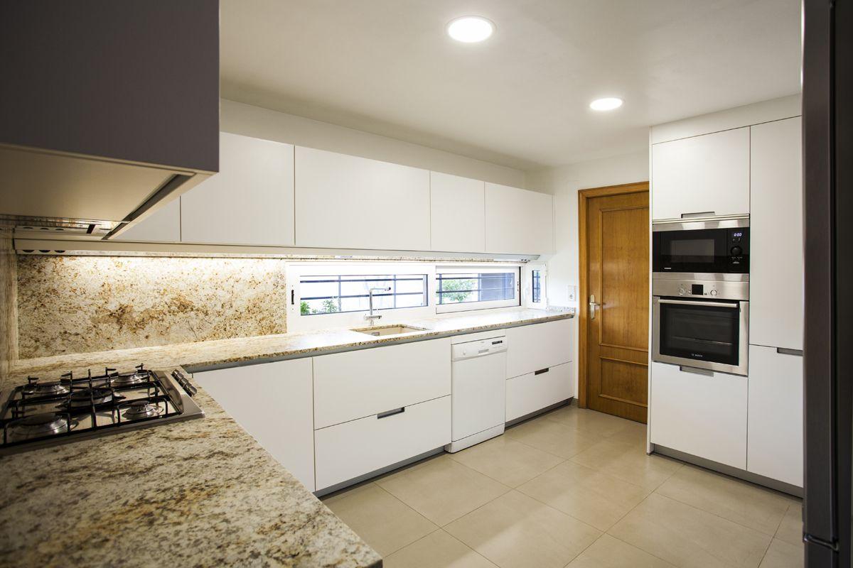 Cocimed diseñó esta cocina Santos, modelo Minos en blanco con una ...