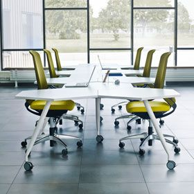 TRIXAGON VARIATION The design ensures that the number of people at each table is flexible, the space is used efficiently and the working environment has an exciting design. Since the tables have castors, they are easy to move. They are ideal for everything from private, concentrated work and brainstorming to group work and briefings via for instance interactive whiteboard or video link.