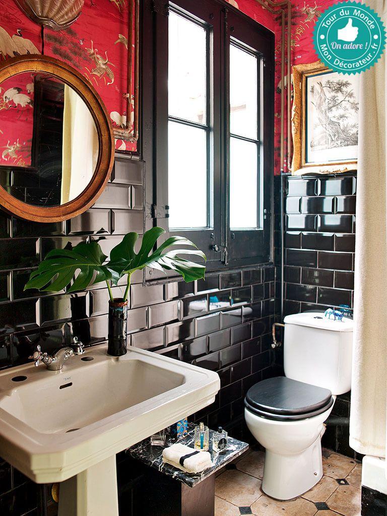 Salle de bain en noir et rouge dans un appartement ...