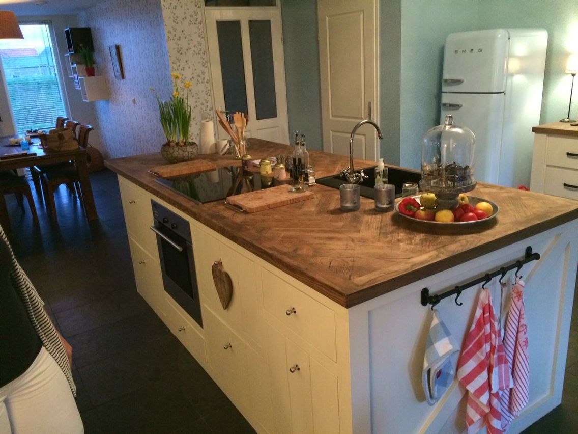 Handgemaakt keukeneiland met aanrechtblad van visgraat ...