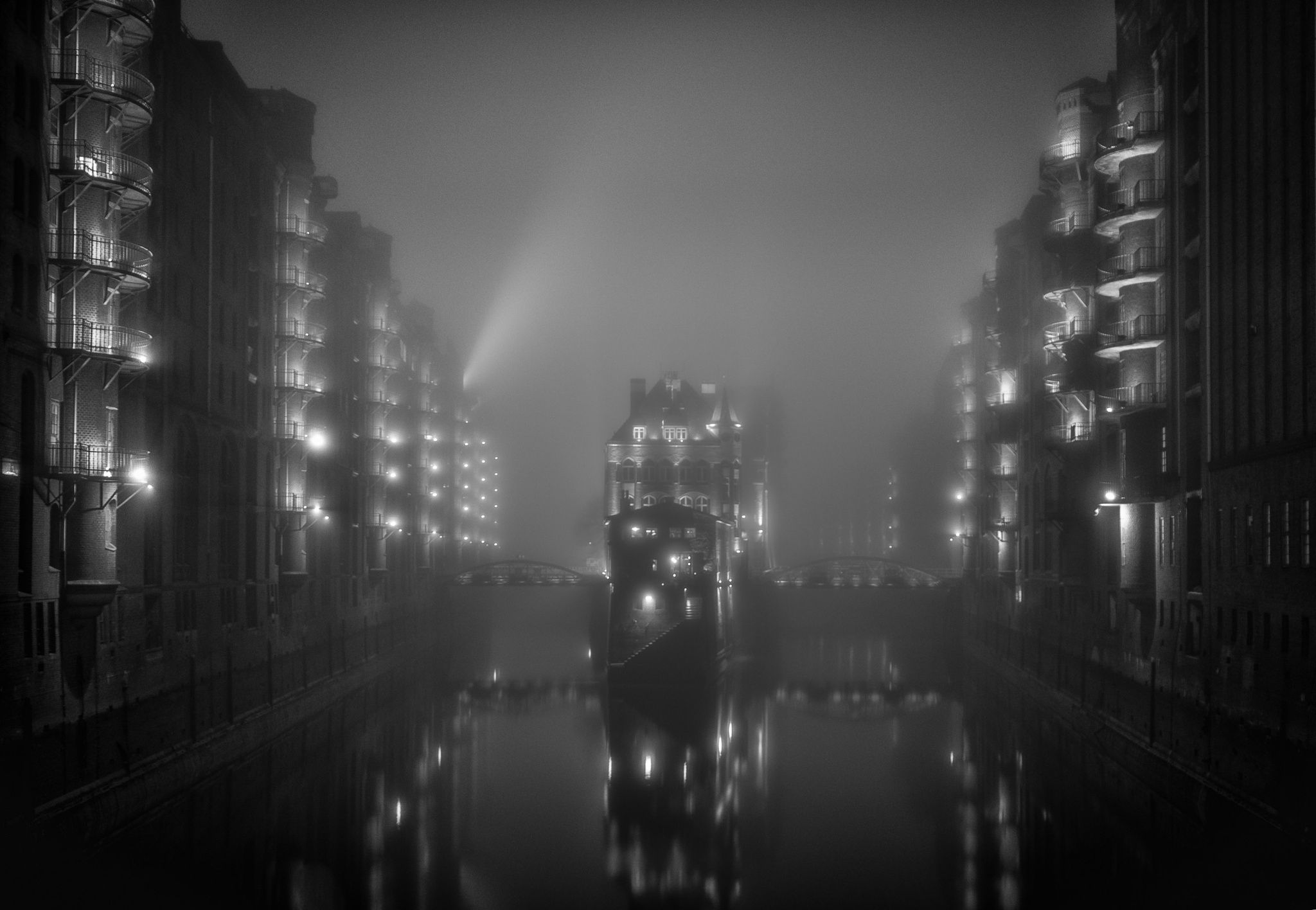 Another mood ... - Tha famous Hamburger Wasserschloss in the old warehouse district in a different mood. One of the foggy November nights...  ---  Das Hamburger Wasserschloss in einer anderen Stimmung.