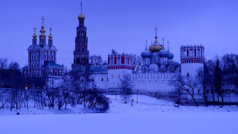 La silhouette du couvent de Novodiévitchi se détache dans le ciel hivernal. Récemment rendu au culte, ce monastère du centre de Moscou a accueilli de nombreuses femmes de l'aristocratie russe, dont, au XVIIe siècle, Eudoxie Lopoukhine, première femme du tsar Pierre Le Grand.