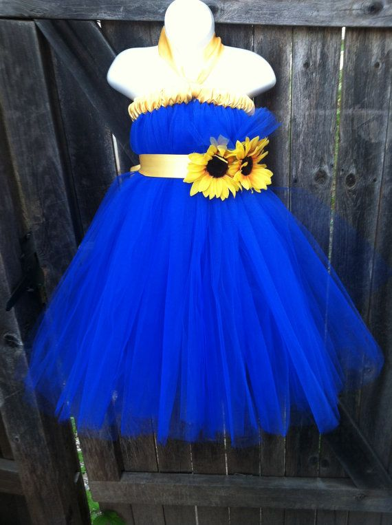Alternating bridesmaid dress colors with sunflowers