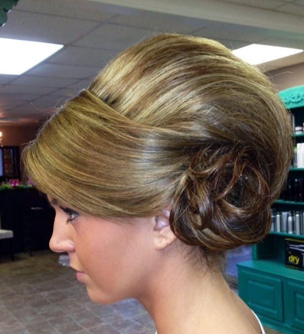 chignon enroulée bas avec une large meche   Bouffant hair, Big bun hair, Hair styles