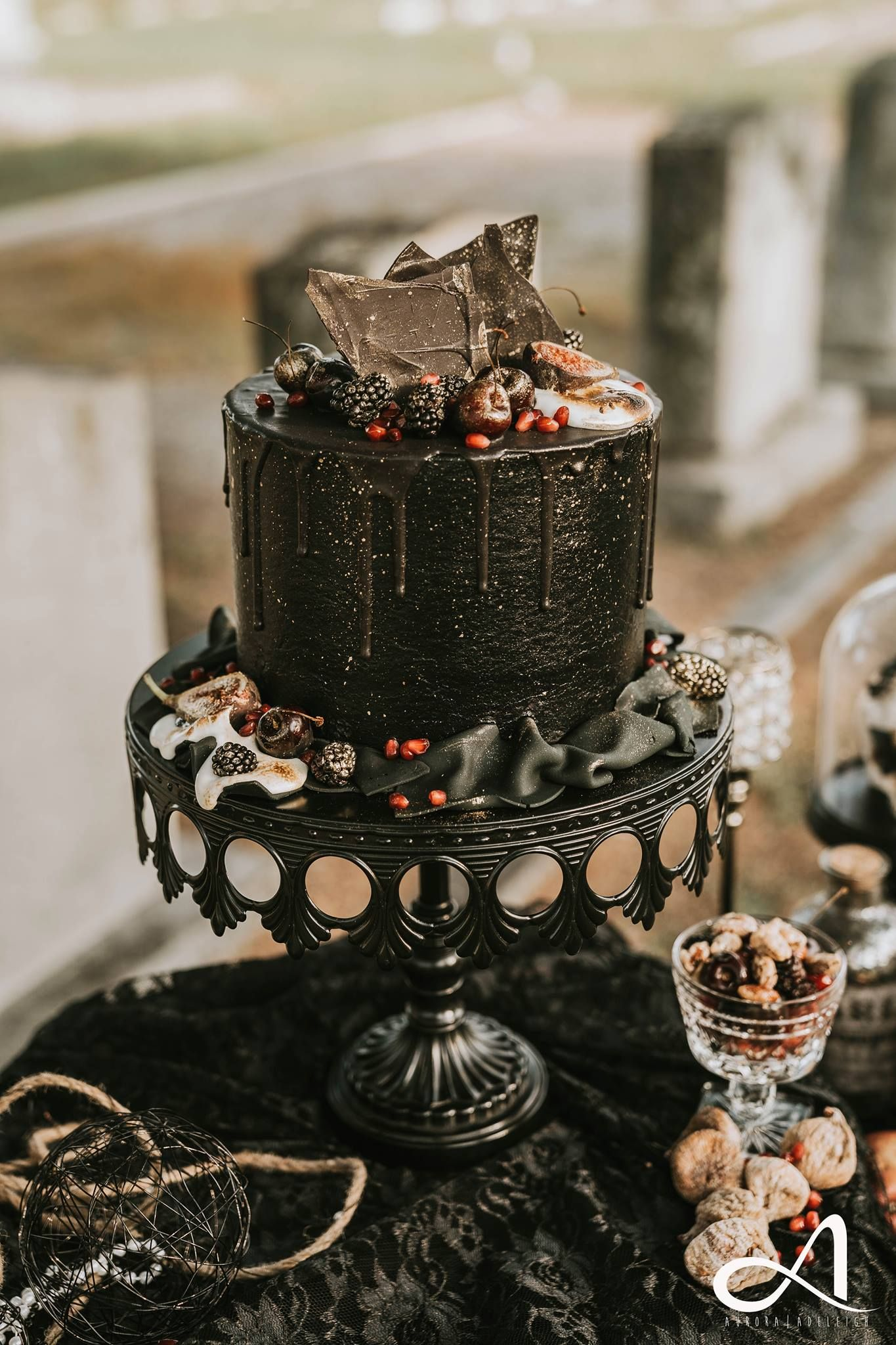 How elegant is this Halloween wedding?? 😍 We LOVE this