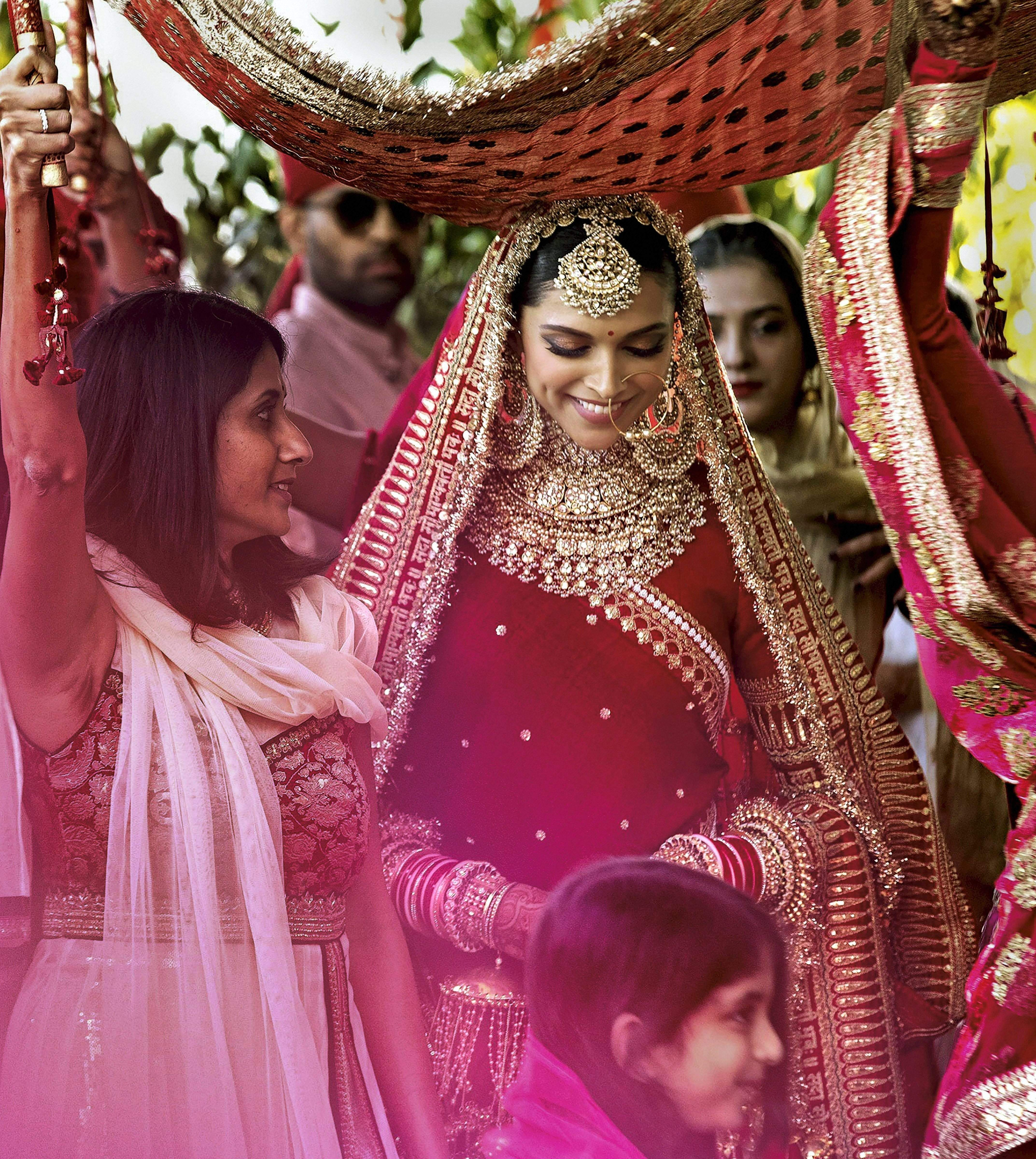 Bollywood Actor Deepika Padukone During Her Wedding Ceremony At Lake Como In Northern Italy Indian Bride Outfits Bollywood Wedding Wedding Dresses For Girls