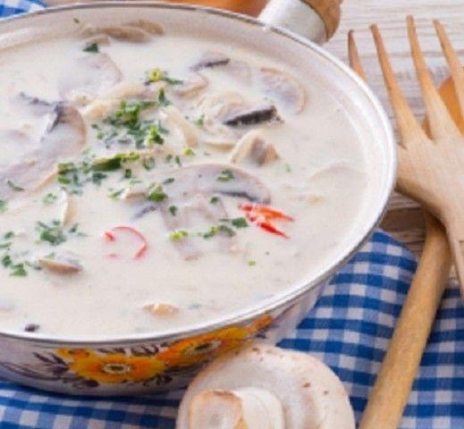 Un dip delicioso con cebollas, champiñones, ricota queso crema y cilantro, se sirve con galletas o totopos.