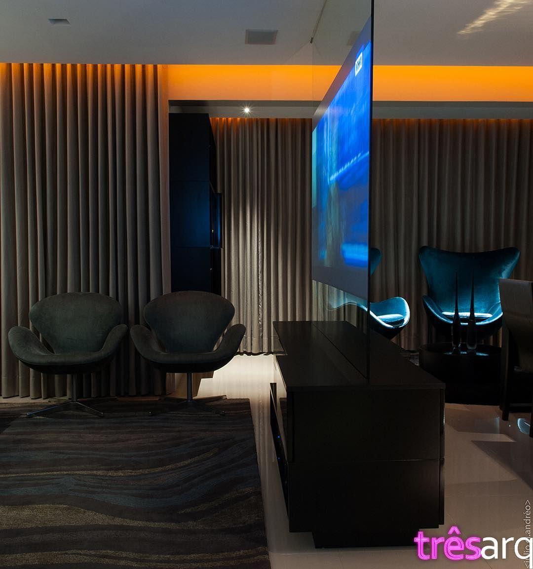 Projeção de vídeo no meio da sala? Sim! Num painel de vidro foto: @juliocla #tresarquitetura #interiordesign #achitecture #arquitetura #design #homestyle #decor #instadecor #instaarchitecture #instanew #livingroom #home #homedecor #homedecoration #instagood #instacool #brazil #brasil #modern #brasilia #luxury