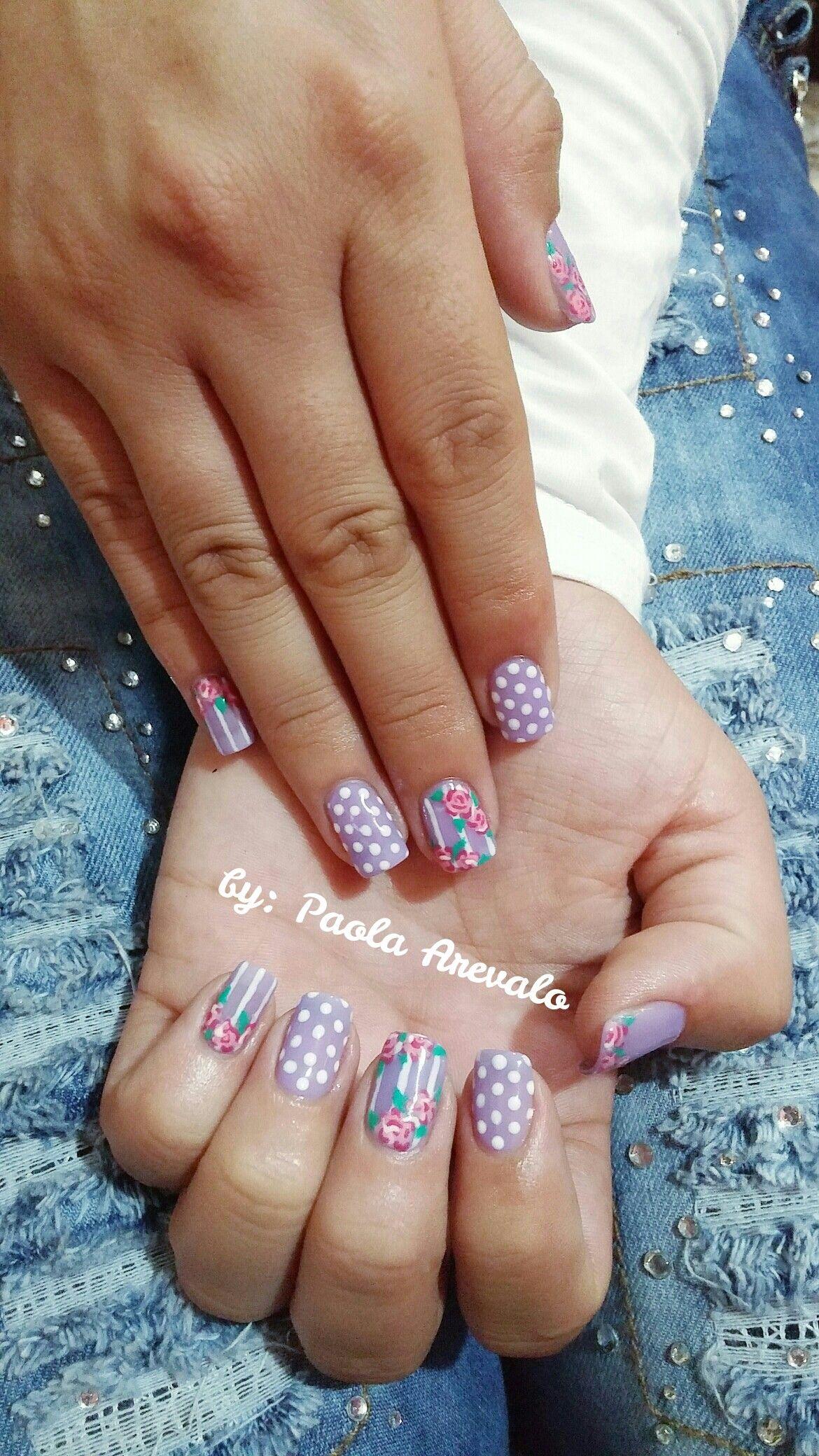 Uñas gelish moradas decoradas con flores rosadas, puntos y lineas ...