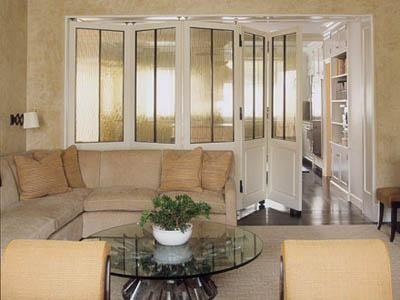 廚房門的設計款式比較多,根據採光的要求,一般來說,通透的玻璃門是廚房門的常見選擇,具體來說,廚房門可以選用大面積玻璃,既能起到隔離油煙的作用,又可以展示主人精心選購的櫥櫃。傳統的建築設計中廚房門的門洞口要略小於臥室,一般為750mm至800mm,門扇為720mm左右。