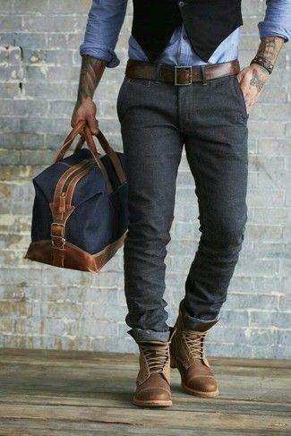 chaleco negro, camisa de manga larga de cambray azul claro, pantalón chino gris oscuro, botas casuales de cuero marrón para hombres