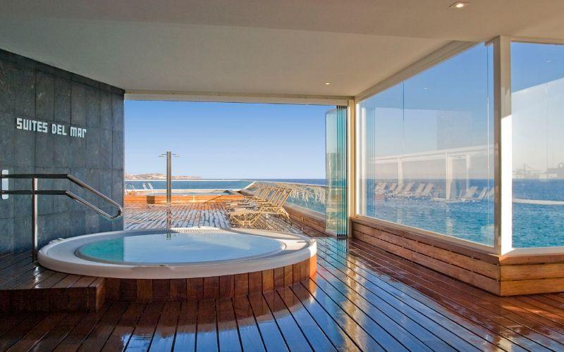 Si tienes una terraza con jacuzzi, opta por una tarima natural de - jacuzzi exterior