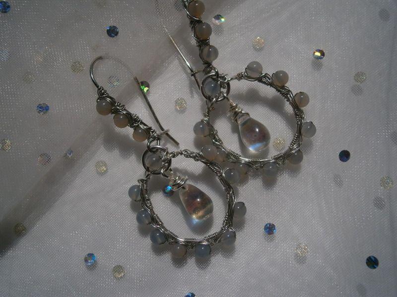 Zierliche Ohrringe, Mondstein,grau,wirework von kunstpause auf DaWanda.com