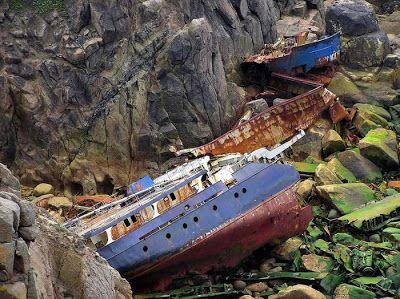 Barco destruido en las rocas