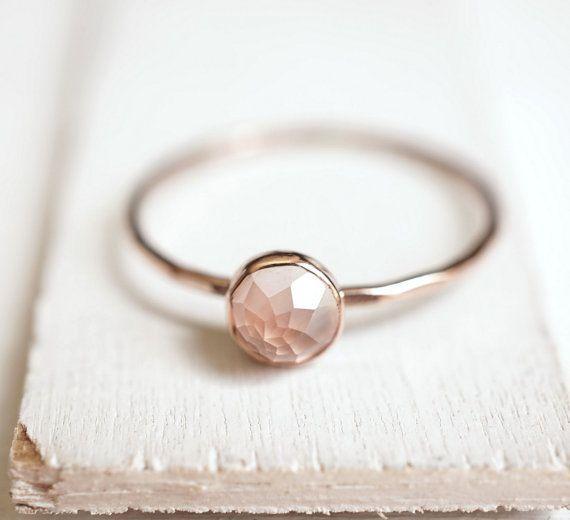 Anillo de cuarzo rosa Anillo de oro delicado apilable Anillo de 14k de Luxuring – Nuevos anillos de moda