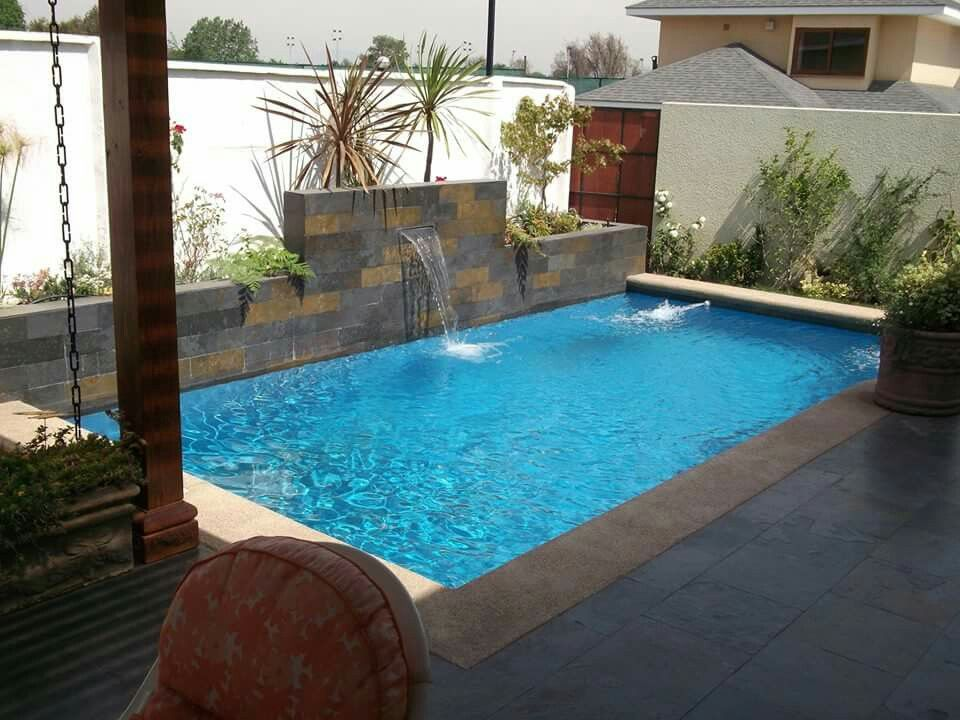 Piscina peque a piscina en patio peque o pinterest for Terrazas pequenas con jacuzzi