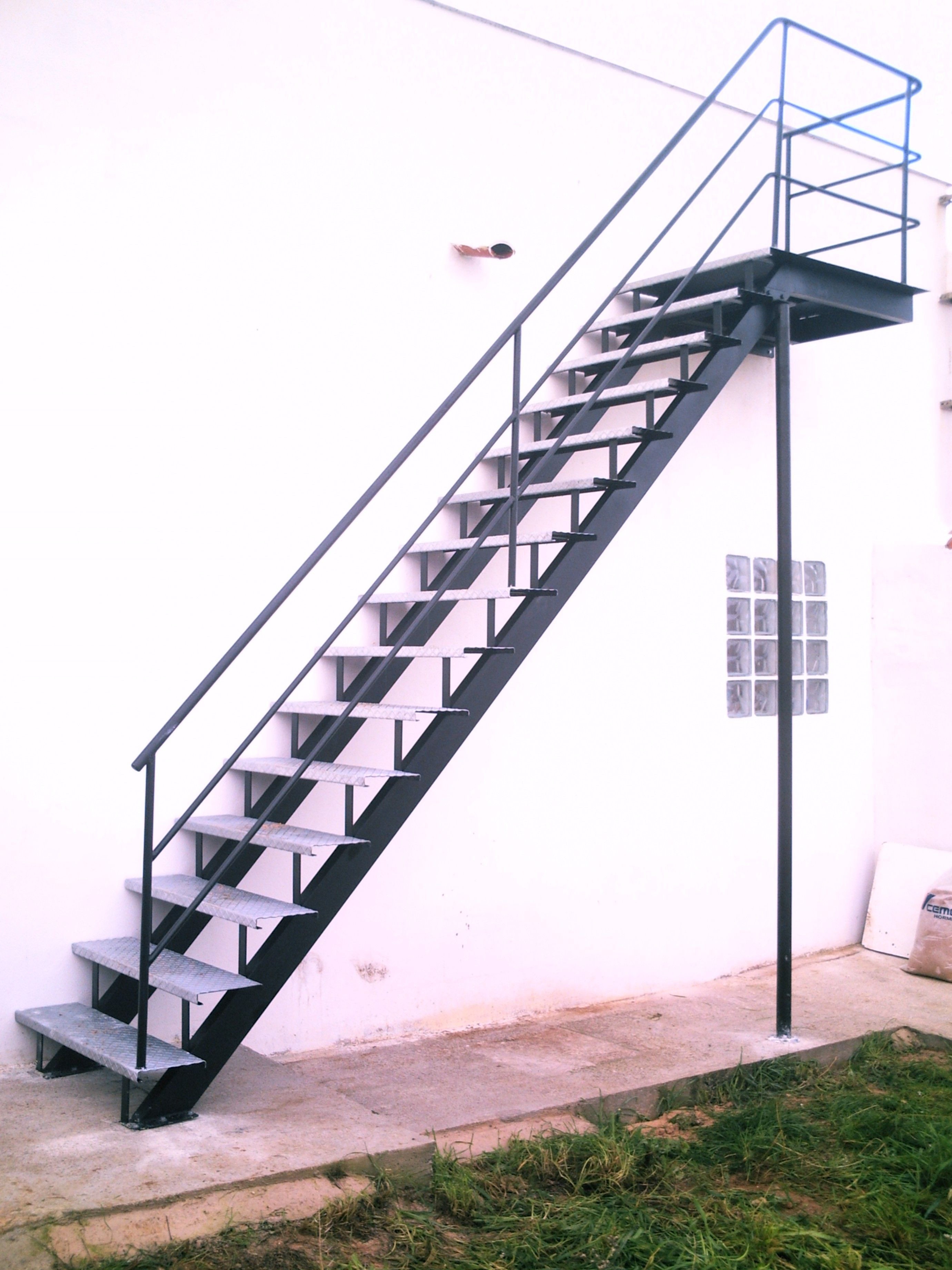 Escaleras exteriores buscar con google cachita for Como construir una escalera metalica