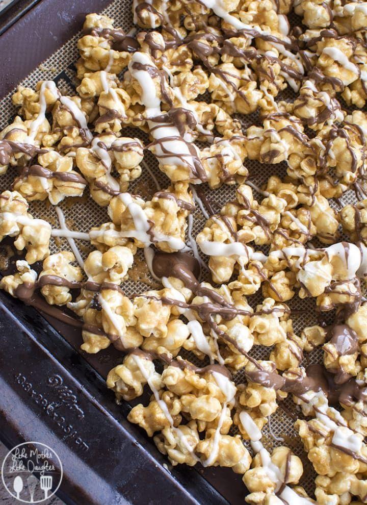 Sí, son palomitas bañadas en caramelo con tiras de chocolate oscuro y blanco. Esta receta te va a cambiar la vida.