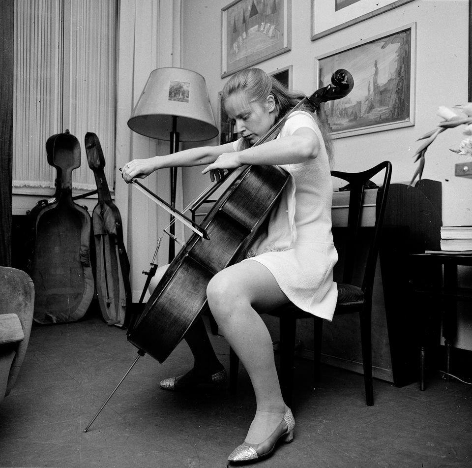 jacqueline du pr fait l 39 amour avec son violoncelle et l 39 interpr tation des oeuvres qu 39 elle. Black Bedroom Furniture Sets. Home Design Ideas