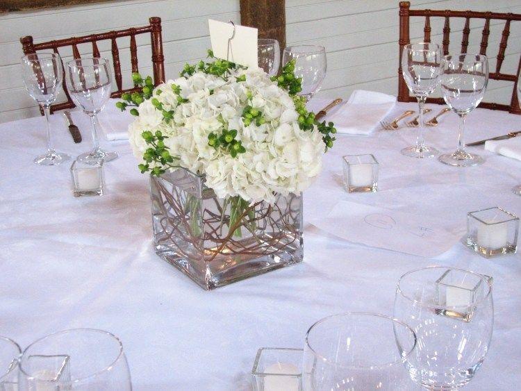 wei e hortensien mit gr nen blumen sehen sehr frisch aus tischdeko pinterest hortensien. Black Bedroom Furniture Sets. Home Design Ideas
