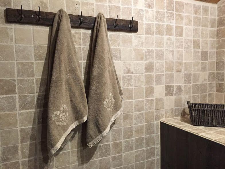 Salle-de-bain en bois et travertin Chalet - Le Perce Neige - percer carrelage salle de bain
