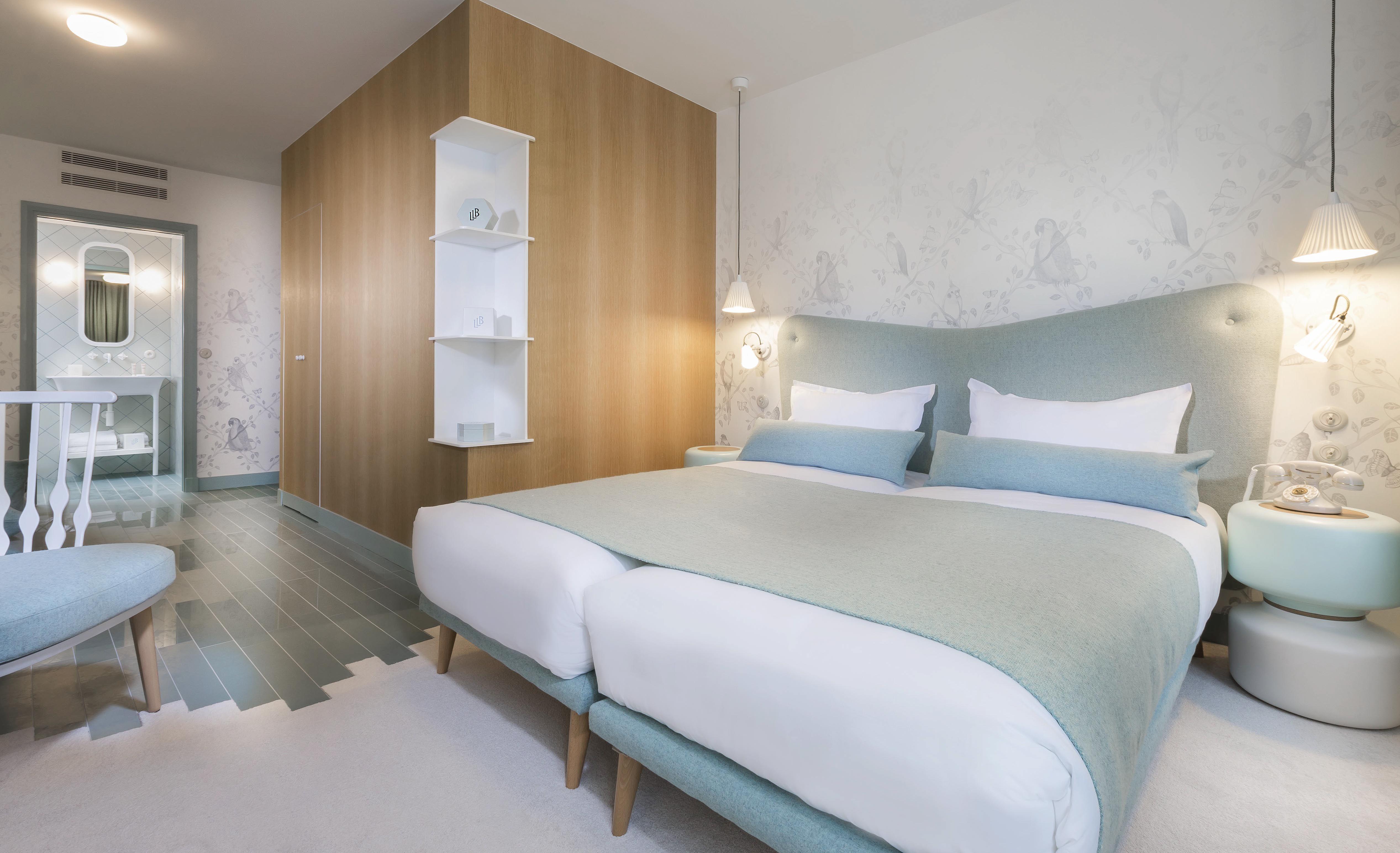 Chambre double avec tªte de lit coussins plaid et coussin de