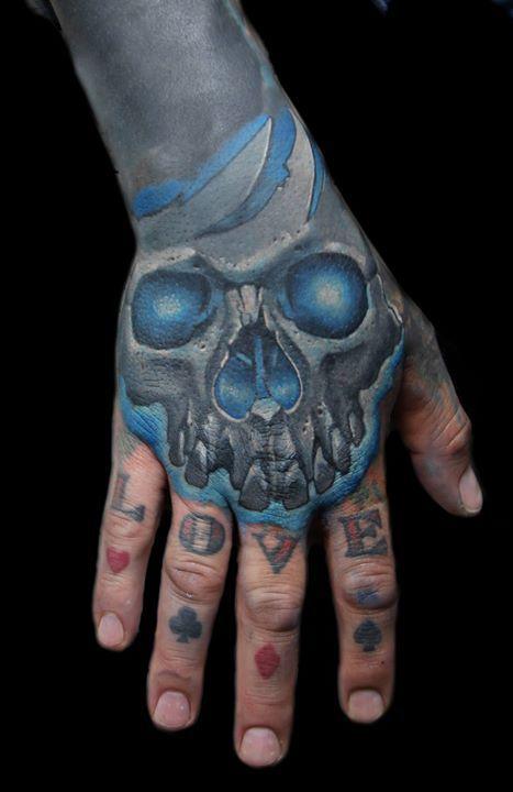 Ein Cover Up von einem Cover Up! :D Das heißt dass dieses Schädel-Tattoo 2 alte Bilder abdeckt. Wenn ihr auch etwas abzudecken braucht können wir gerne machen! #tattoodüsseldorf #düsseldorf #coverup #besttattoo #tattooartist #mishartattoo #schädeltattoo #totenkopftattoo #skull #skulltattoo #inkedup #tattooed #realistictattoo #realismus