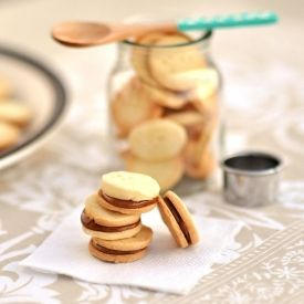 Mini Vanilla Cookies Filled with Dulce de Leche, perfect to make a nice gift (video included)