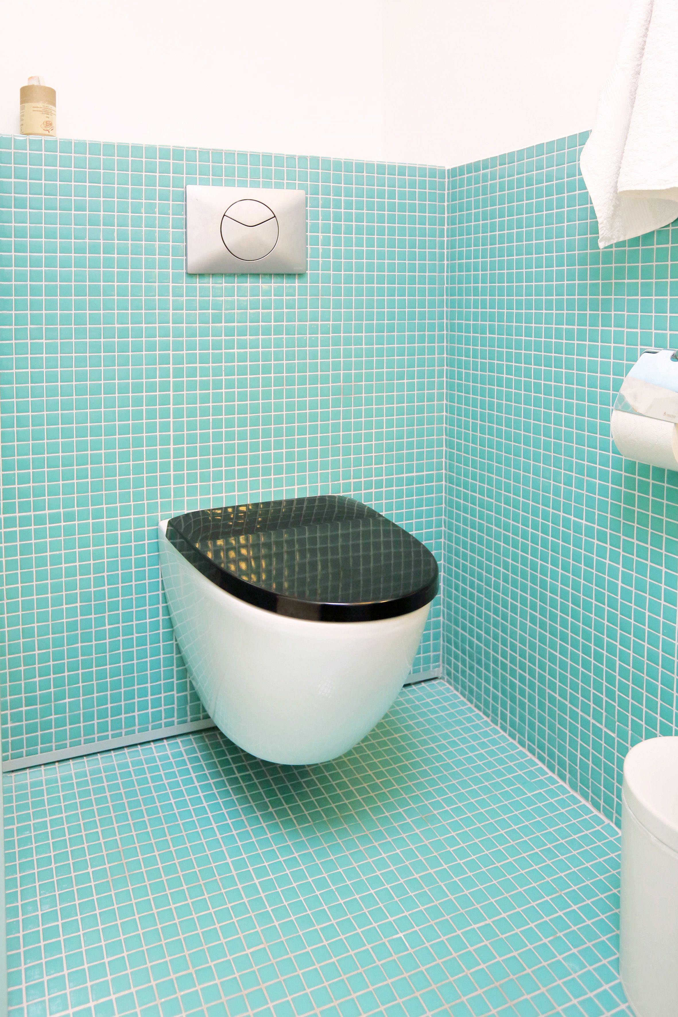 Turkoosi ja valkoinen raikastamassa kylpyhuonetta, ABL-Laatat #abl #laatat #abllaatat #vessa #kylpyhuone #turkoosi #valkoinen #mosaiikki