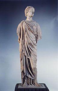 El himatión era el traje único de los sacerdotes y esta prenda consistía en una gran pieza que envolvía al cuerpo  y se sujetaba por su propio peso y dimensión sin ayuda de otros elementos formando varios pliegues.
