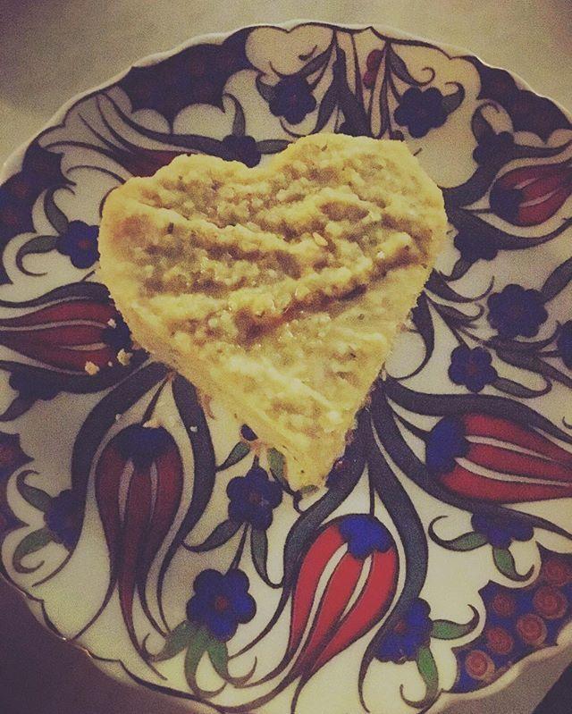 Hummus Love 💛 Die Mezze im Urlaub waren echt lecker 💚#hummusliebe  Und tadaaaa; Hab heute das erste mal wieder Sport gemacht seit laaaaanger langer Zeit 💪 #derspeckmussweg 30 Minuten aufm Hometrainer während unser #babygirl vom Papa bespaßt wurde 👨👧Und als Belohnung gibt's jetzt Couching mit der Maus , die sich inzwischen im #milchkoma befindet 😌🍼Schönen Abend ihr Lieben ✨ #Sport #afterbabybody #stillen #mezze  #whatveganseat #vegan #vegansofig #vegansofinstagram #veganfoodshare…