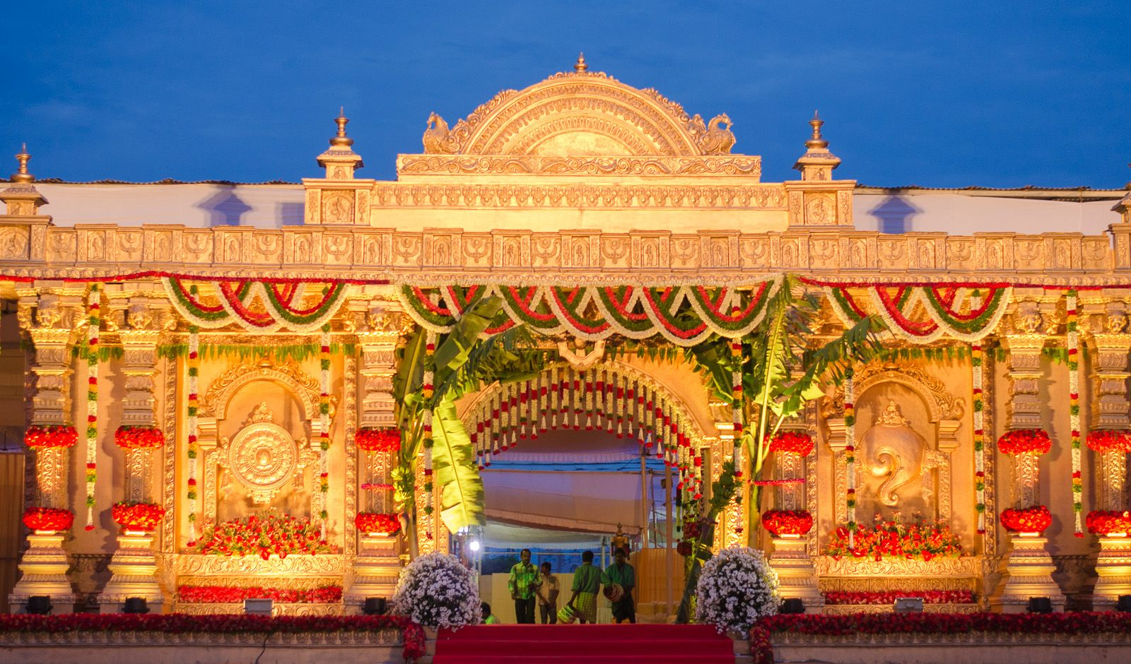 Create a grand entrance framed by blooms in your choice of colours. #indianwedding #weddinginindia #weddingdecor #weddingstage #weddingtheme #weddinglighting #flowerdecor #weddingplanner #eventplanner