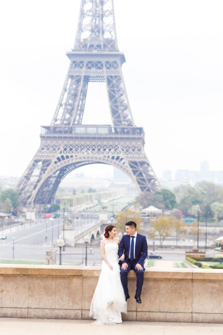 Pre wedding session | Eiffle tower as backdrop for pre wedding session | fabmood.com #wedding #weddingphoto #prewedding #engagementsession #engaged #engagement