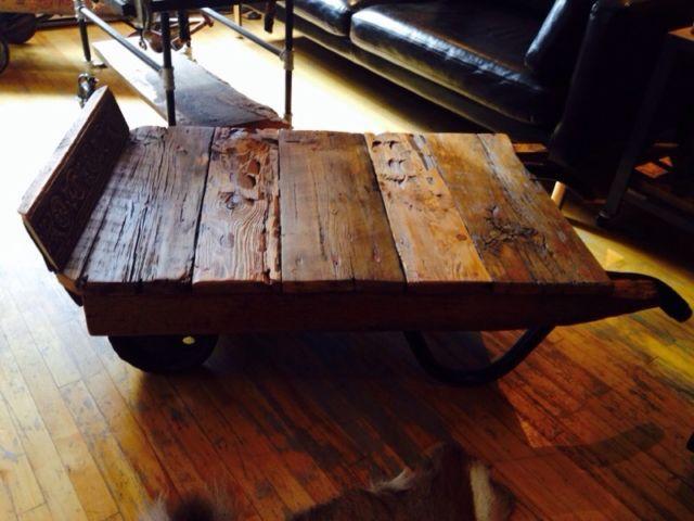 Superbe table a salon industriel vintage bois de grange art objets à collectionner