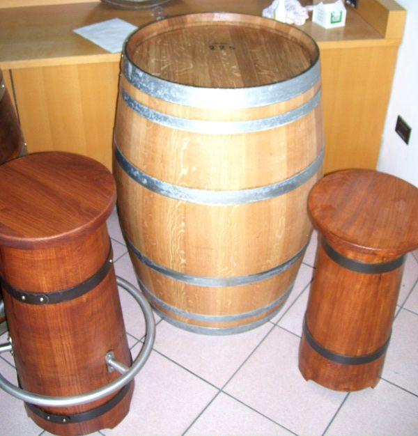 Tavolo barrique tinta chiara con sgabelli conici tinti color noce