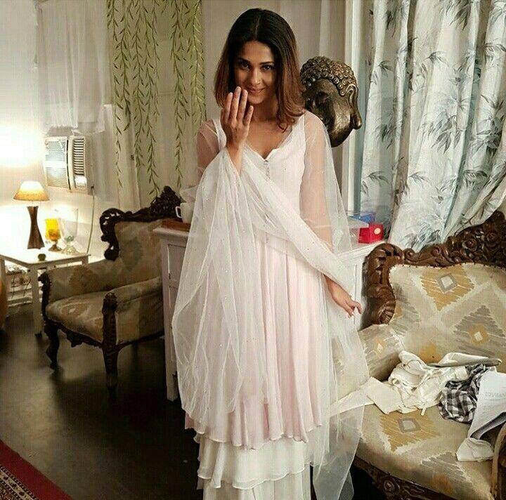 Jennifer Winget Beautiful Outfits Dresses Pakistani Dresses