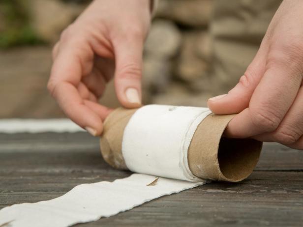 Las tiras de papel de semillas son una buena idea para cultivar semillas de pequeño tamaño y a la distancia perfecta. Guardar éstas tiras enrolladas en un rollo de cartón nos permitirá llevar a cabo el cultivo en el momento que queramos y de una forma rápida.