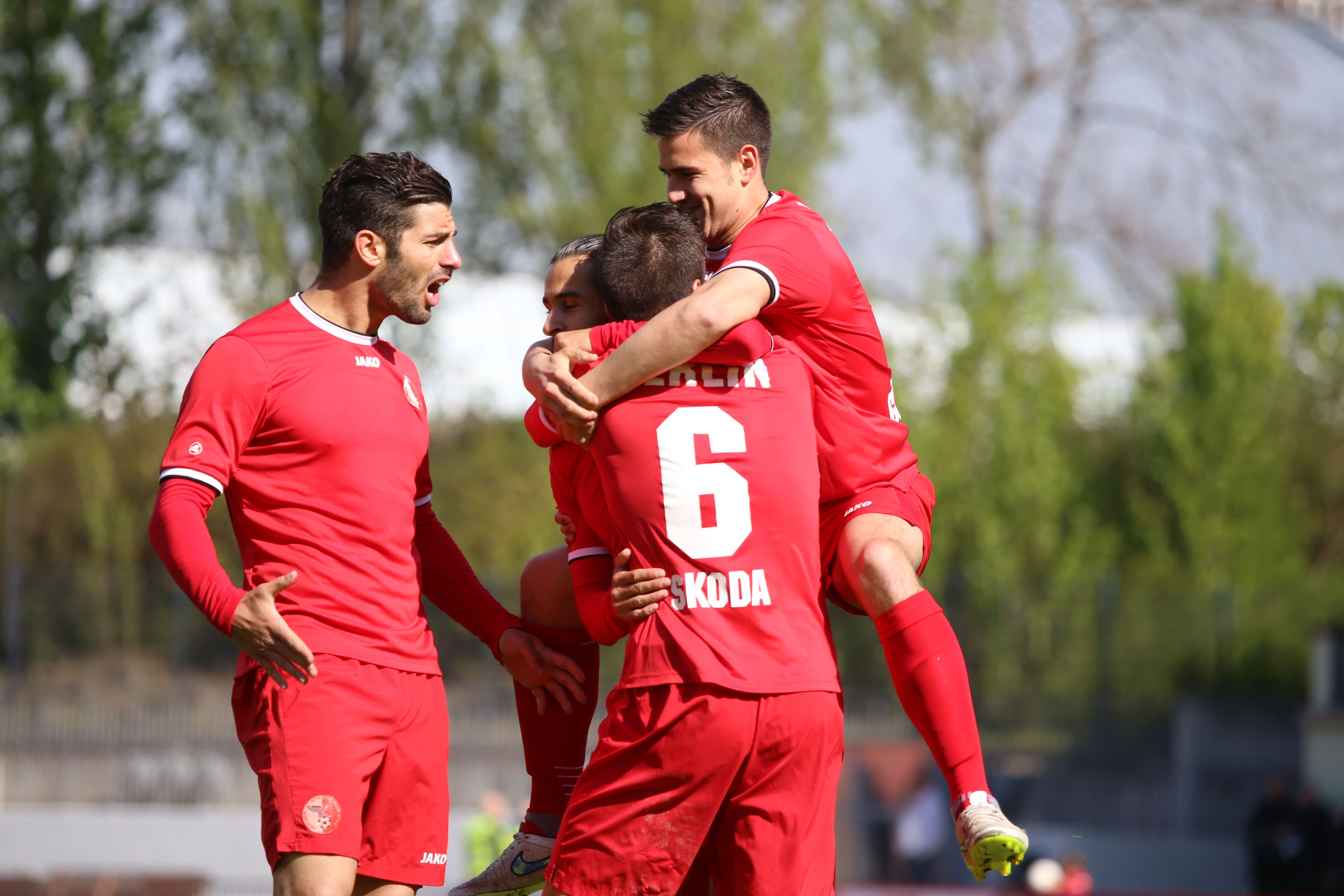 Dafür kommen die Teamkollegen an und feiern den Treffer von #Christian #Skoda ausgiebig.