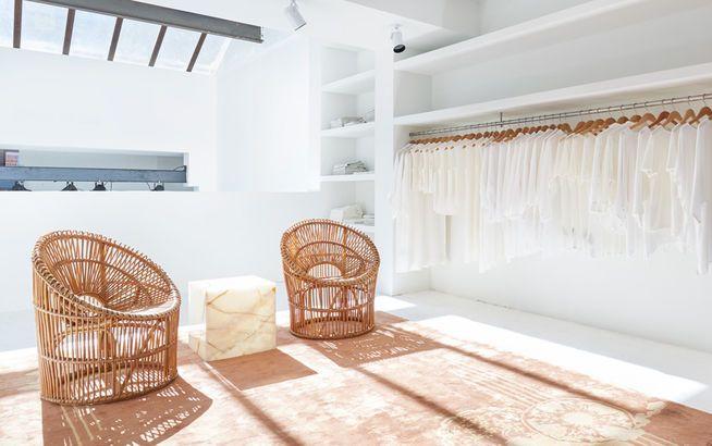http://img3.elle.de/Shopping-Oase-Totokaelo-bietet-in-schoenstem-Ambiente-ein-ausgesuchtes-Sortiment-an-Mode-von-Acne-The-Row-Rachel-Comey-et-cetera--inlineImageCentered-f9eaae5b-405268.jpg