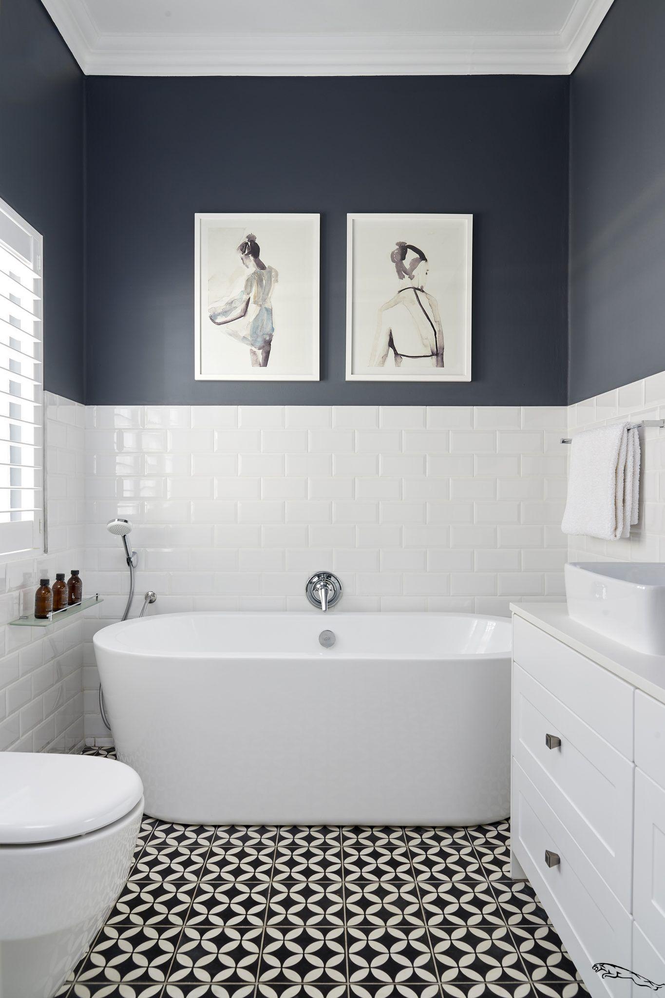 Carrelage 15 Modeles Pour Une Salle De Bains Moderne S Il Y A Bien Une Piece Ou Le Carrelage Est Maitre In 2020 Tile Bathroom White Bathroom Tiles White Bathroom